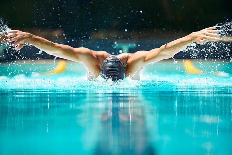 bilden föreställer en manlig simmare som tränar fjärilssim