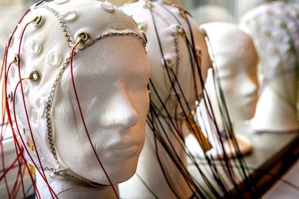 bilden föreställer en elektrodmössa som fångar upp hjärnans elektriska aktivitetet