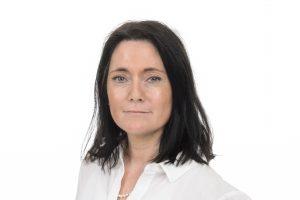 porträttfoto av Ulrika Bejerholm. Hon har halvlångt mörkt hår