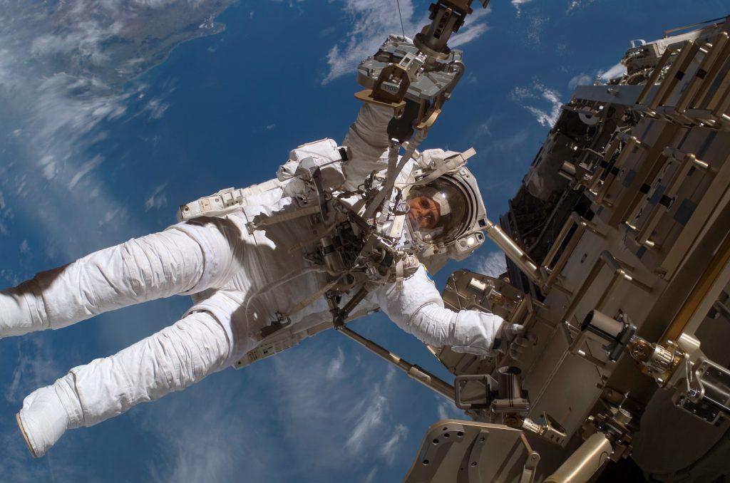 Svenska astronauten Christer Fuglesang genomför en rymdpromenad under hans första resa till internationella rymdstationen ISS.