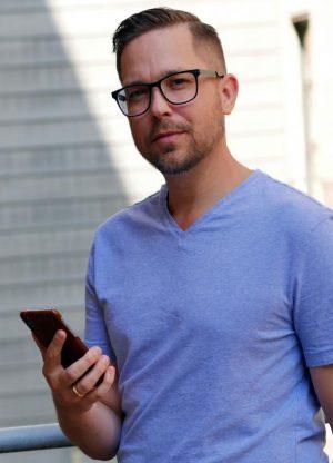Bilden föreställer Håkan Nero när han håller i sin mobiltelefon