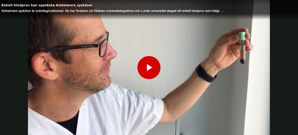 bilden är en skärmdump från filmen med Oskar Hansson. Här ses Oskar Hansson hålla upp ett rör med blod som han tittar på