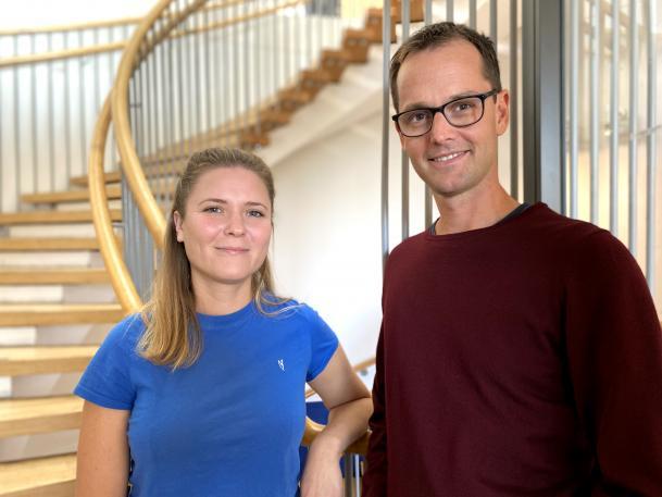 Karin Hansson och Daniel Bexell står framför en spiraltrappa