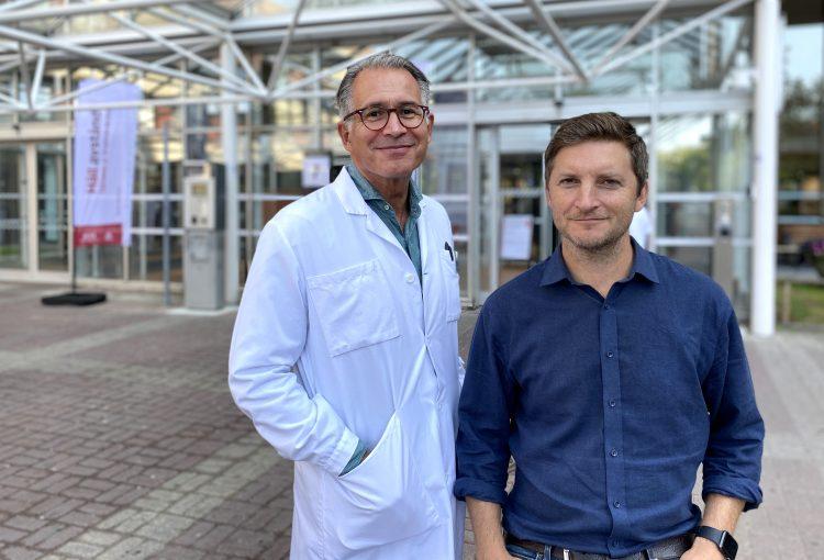 På bilden ses docent Marcus Järås som står till höger om Thoas Fioretos, professor och överläkare i klinisk genetik.