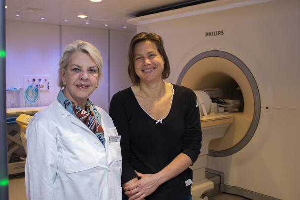 På bilden ses Pia Sundgren tillsammans med kollegan Karin Markenroth Bloch. De står bredvid varandra framför en magnetkamera