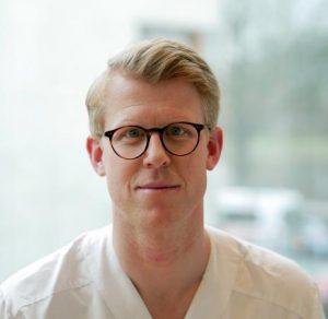 porträttfoto av Martin Nyberg. Han har ljust kortklippt hår och bär glasögon