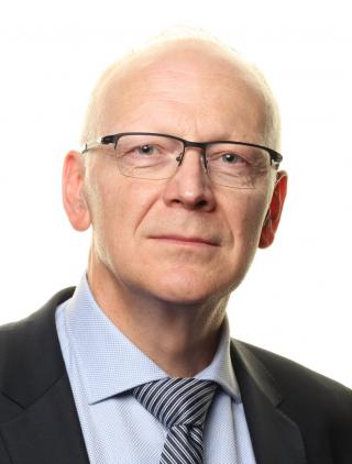 porträttbild av Artur Fedorowski. Man ser att han är klädd i kavaj och slips och han bär glasögon