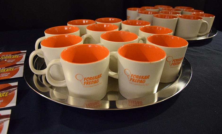 Kaffekoppar som det står Forskarfredag på.